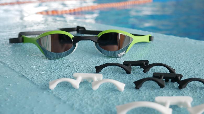 769acddab5d Pro dokonalé padnutí brýlí je v balení obsaženo 5 výměnných nosních můstků  na přizpůsobení velikosti a dvojitý silikonový pásek s RFA sponou. Arena  Cobra ...