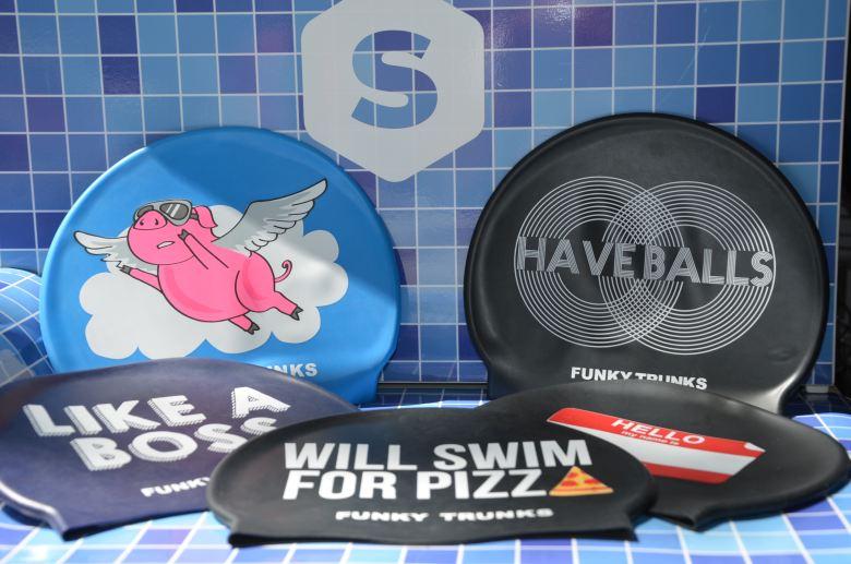 Plavecké čepice různých motivů a barev